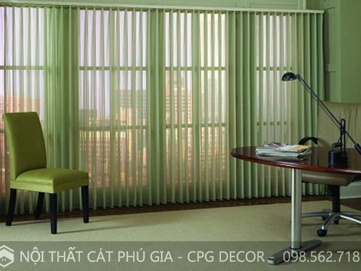 Không gian căn phòng điểm tô thêm những chiếc rèm lá dọc màu xanh trở nên đẹp hơn